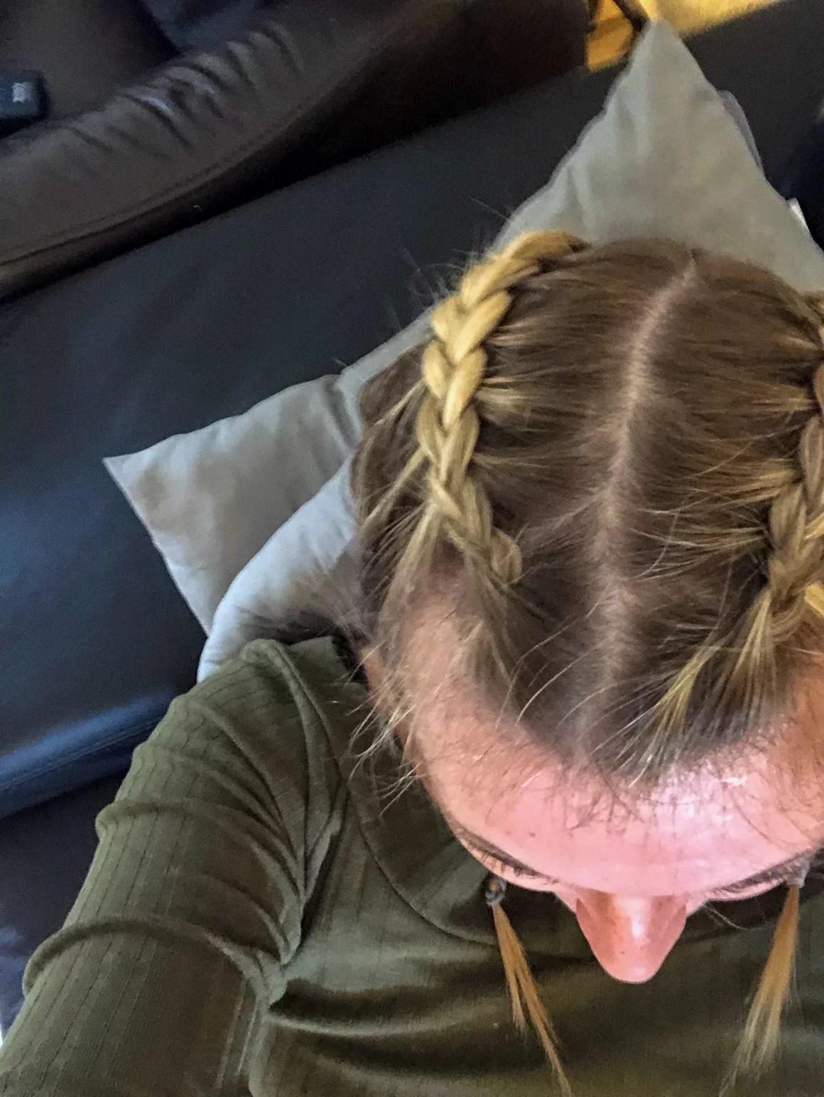 Jackys Haare mit Bauernzopf