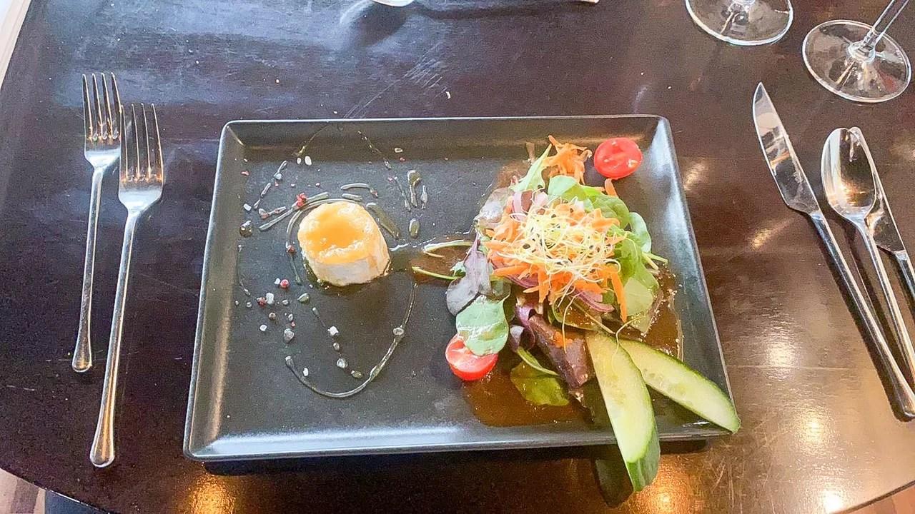 gratinierter Ziegenkäse an Salatbouquet