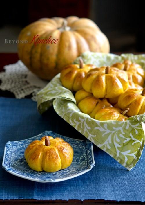 Pumpkin-dinner-rolls