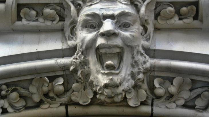 sourire de pierre sur les murs de la ville
