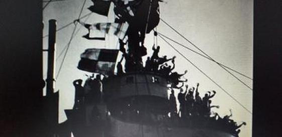 « Le Cuirassé Potemkine » de S.M. Eisenstein (1925) La scène de liesse après la fraternisation avec les marins de l'escadre.