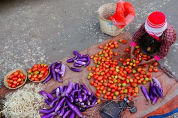 Kalaw market - girl selling tomatoes