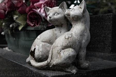 Statue de chat sur une pierre tombale – Photo stock