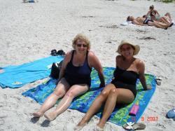 Les deux soeurettes à la plage.