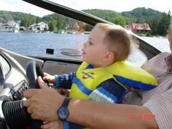 Félix et son grand-papa Jean-Pierre au volant d'un beau yacht.