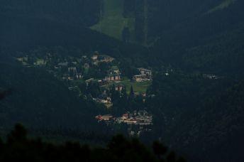 Największa miejscowość górska czeskich Karkonoszy i największy ośrodek narciarski. Wśród zabudowań można dostrzec aquapark.