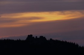 Różowe i złote tło nieba jako tło dla Kapelusza Fryderyka, jak kiedyś nazwano Pielgrzymy w opisie Karkonoszy sprzed prawie dwustu lat.