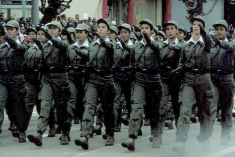 الحكومة تعتمدُ الترشيح التلقائي في الخدمة العسكرية للنساء وأفراد الجالية