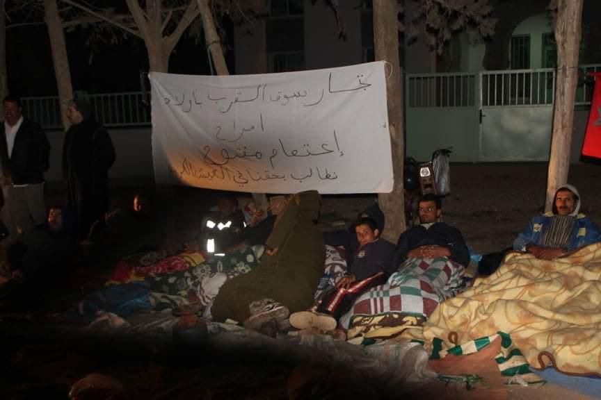 سطات…باعةٌ جائلون يَبيتُون في العراء احتجاجًا على سلطات أولاد امراح(فيديو)