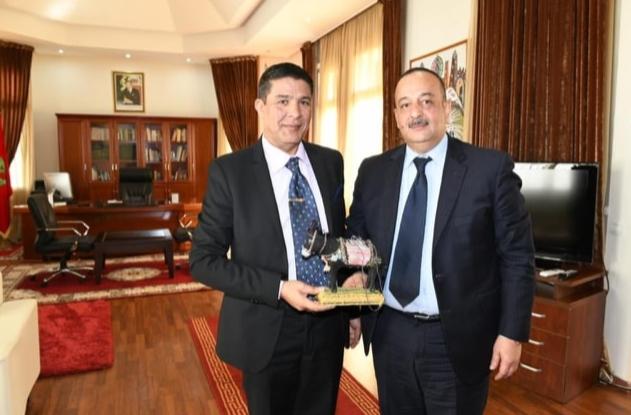 """الوزير الأعرج يتلقى """"حمارا"""" كهدية"""