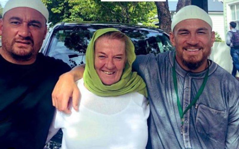 """بعد مجزرة المسجدين..والدة نجم الركبي العالمي """"ويليامز"""" وزميله يعتنقان الإسلام"""