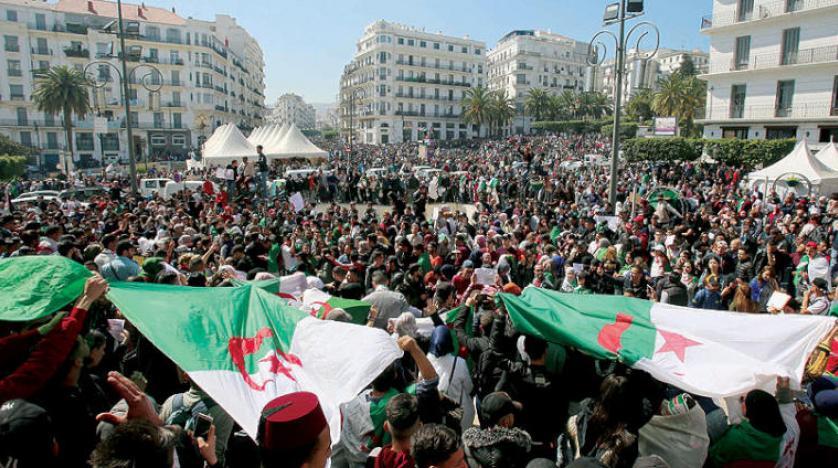 الأمن الجزائري يعلن عن توقيف أجانب وجماعة إرهابية وسط المحتجين