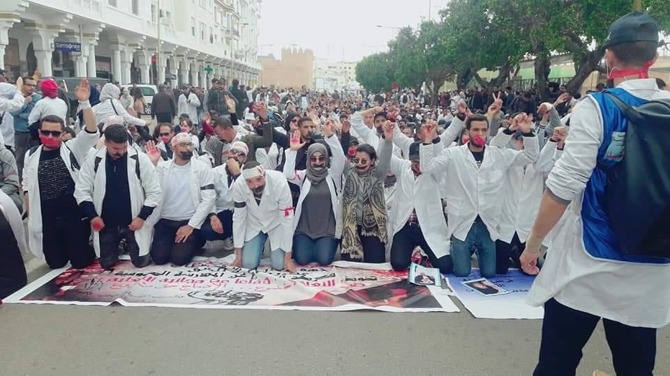 بعد تعرض العشرات منهم للضرب والتعنيف..أساتذة «التعاقد» يجوبون شوارع الرباط في مسيرة صامتة