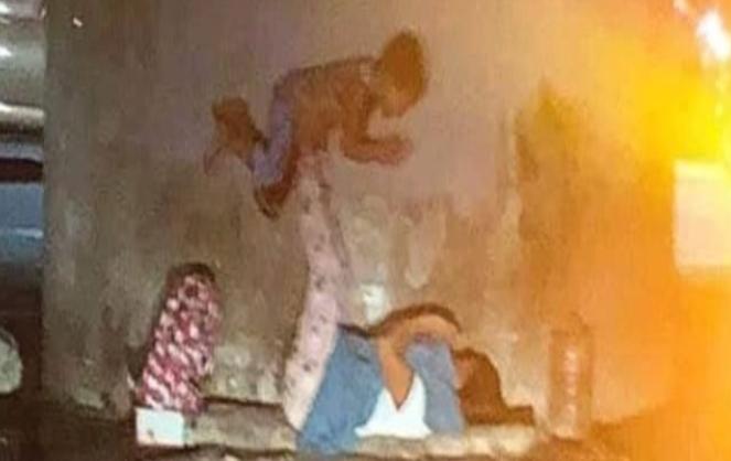 صورة لأم متشردة تلهو مع ابنها في الشارع العام تغزو مواقع التواصل الاجتماعي