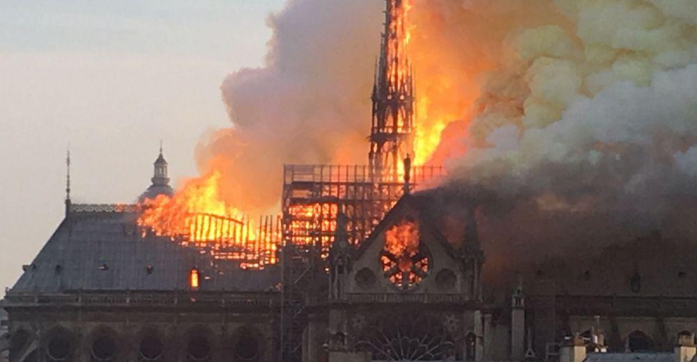 فيديو …لحظة سقوط برج كاتدرائية نوتردام بباريس