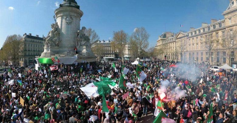 آلاف الجزائريين يتظاهرون ضد تعيين بن صالح والأمن يطلق قنابل غاز