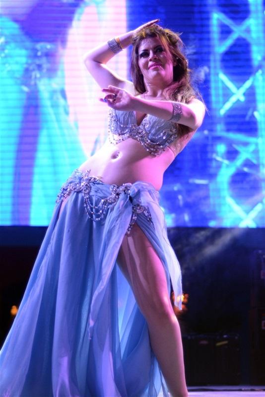 بالفيديو..راقصة سعودية تثير الجدل بقراءة القرآن في حفل رقص