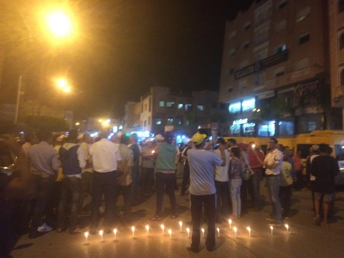 """أساتذة """"التعاقد"""" يشعلون الشموع بساحة الحرية وسط بني ملال"""