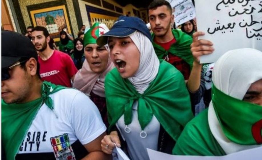 """حشود المحتجين تجوب العاصمة الجزائرية تهتف: """"لا حوار ولا انتخابات"""""""