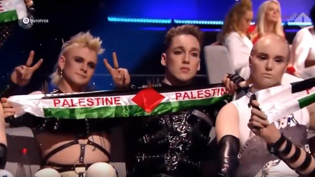"""هيئة البث الإسرائيلية تتوقع """"معاقبة"""" فرقة موسيقية ايسلندية رفعت العلم الفلسطيني"""