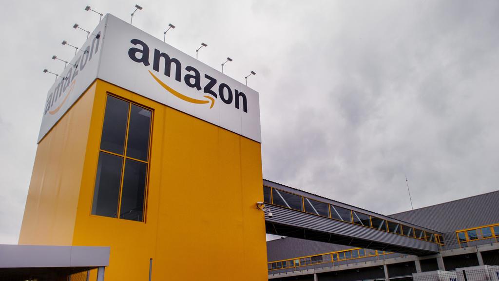 """""""أمازون"""" الأميركية العملاقة في مجال التجارة الإلكترونية تتصدر ترتيب أقوى العلامات التجارية العالمية متفوقة على العملاقين """"غوغل و""""آبل""""."""