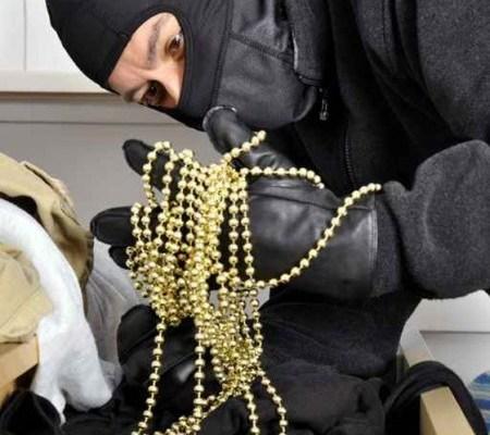 """بدلة مرصعة بالألماس ومجوهرات وساعات  حصيلة سطو على فيلا """"مفتوحة"""" في دبي"""