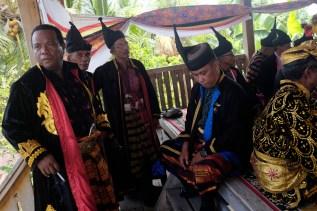 Miantuu dari beberapa wilayah Bharata Kahedupa berkumpul di salah satu sudut benteng Ollo, Pulau Kaledupa, Wakatobi, Sulawesi Tenggara, saat mengikuti prosesi pelantikan Lakina Bharata Kahedupa, 17 September 2016. - The Jakarta Post / Jerry Adiguna