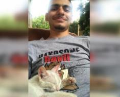L'homme fait une sieste sur la terrasse de sa maison et se réveille avec un chaton errant sur le ventre