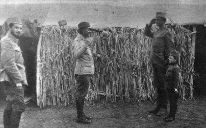 Момчило Гаврић салутира мајору Стевану Туцовићу током Првог светског рата