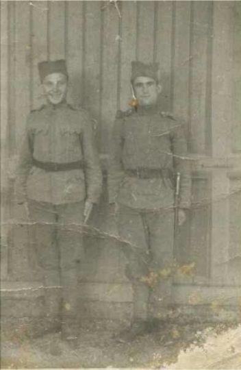 Млађен Марин, убијен у логору Јасеновац пред очима свог оца (десно)