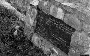 Спомен плоча на заједничкој гробници у Горњем Таборишту, снимљено јуна 1961.