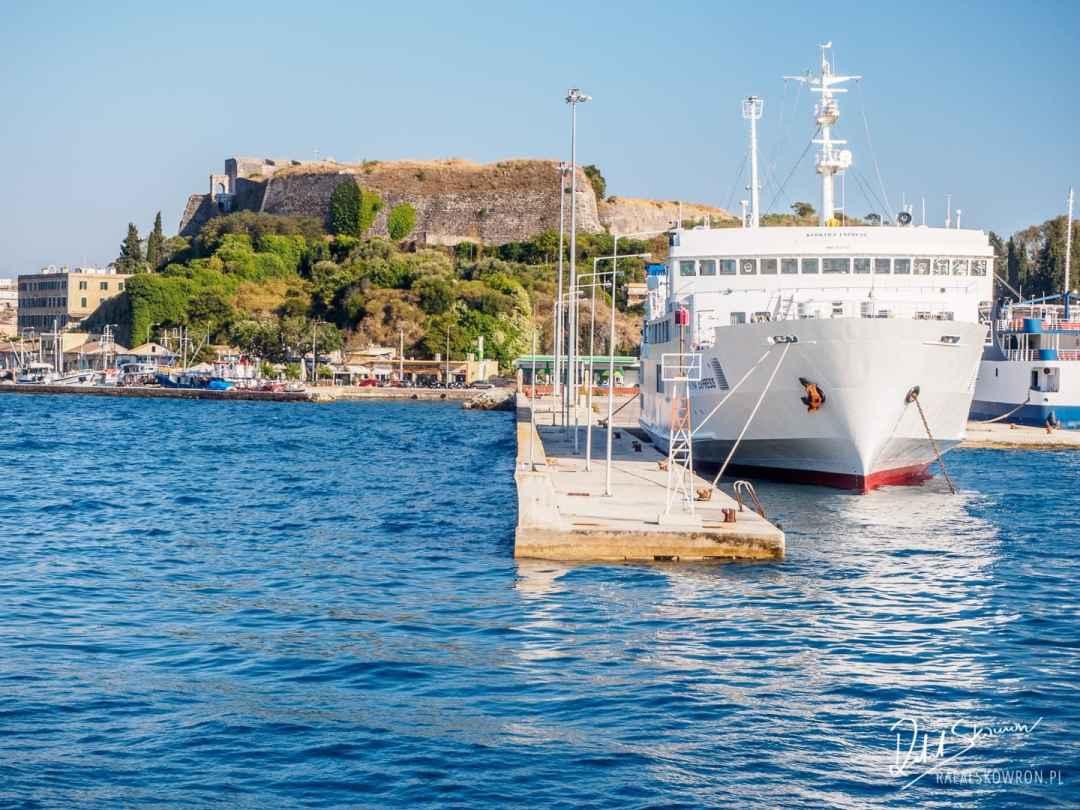 Wpływamy do portu w Korfu
