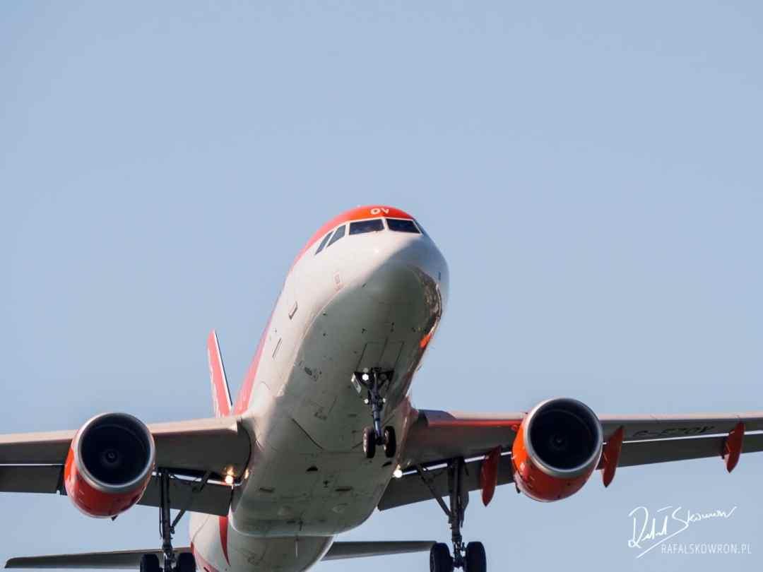 tuż nad głowami przelatują lądujące samoloty