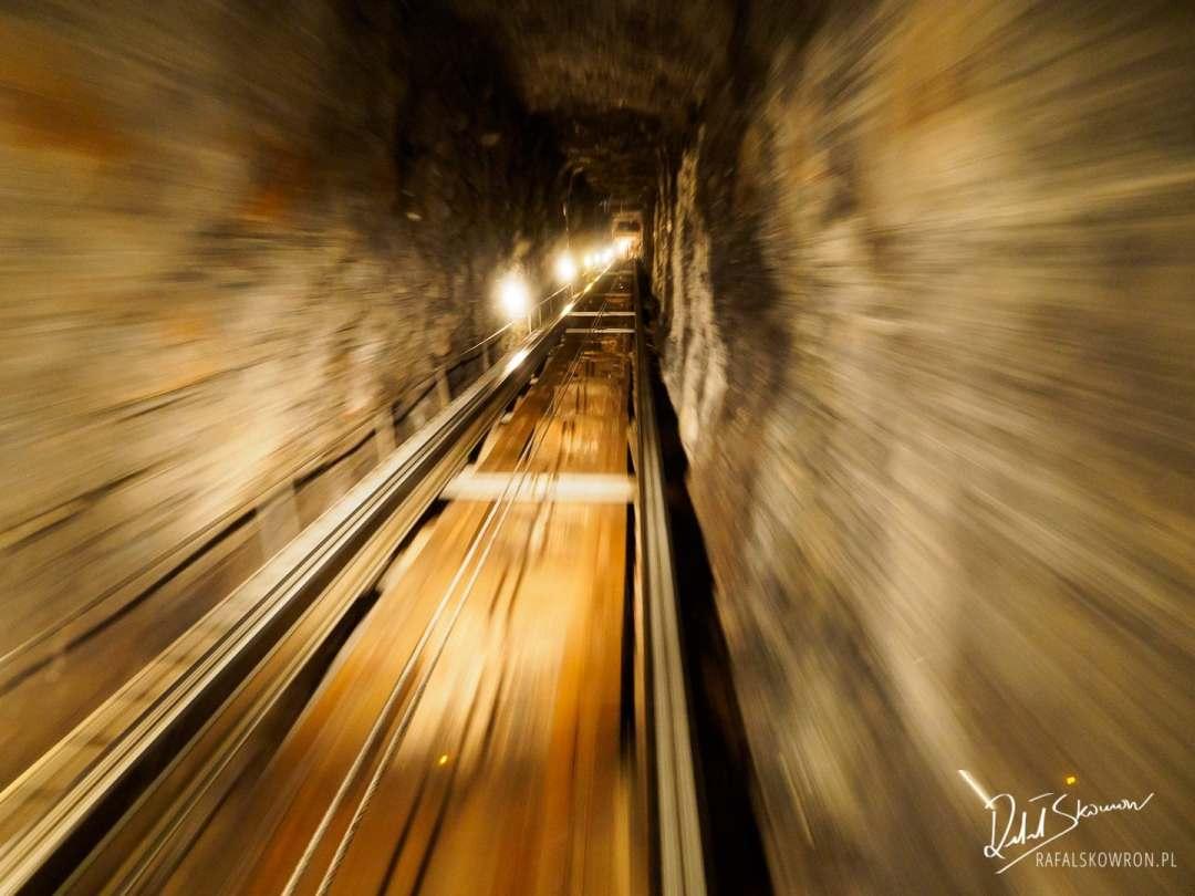 Pierwszy etap zwiedzania wodospadów Trümmelbach to wjazd podziemną windą do środka góy.