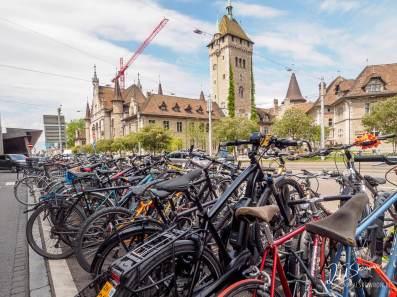 charakterystyczne rowery a w tle Szwajcarskie Muzeum Narodowe