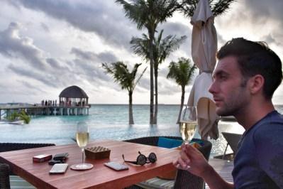 Flitterwochen Malediven: den Sonnenuntergang genießen mit Champagner