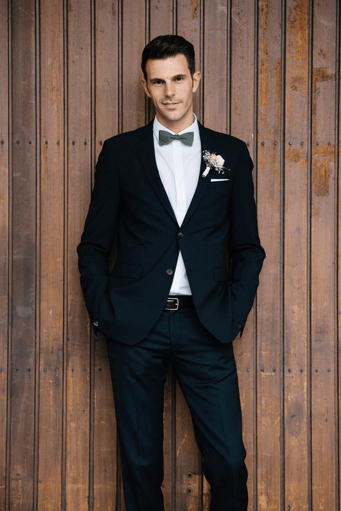 Unsere Hochzeitsfotos: Florian mit holzem Hintergrund