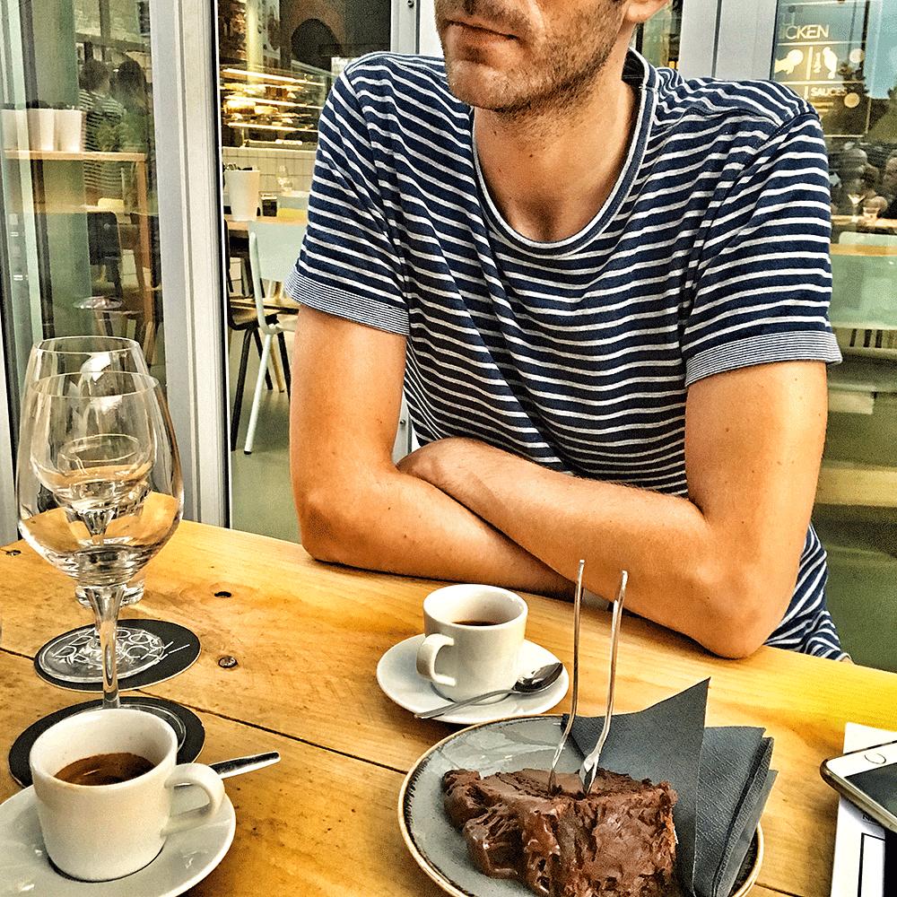 Florian am Tisch mit Espresso und Nachtisch