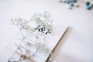Unsere Begrüßungskarte, schlicht dekoriert mit Schleierkraut und der Menükarte auf der Rückseite