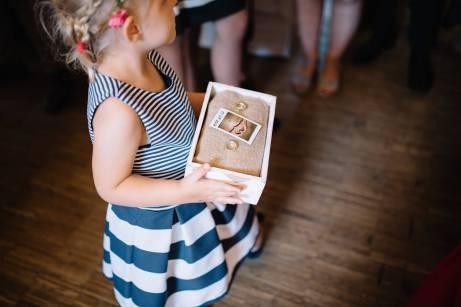 Das Ringmädchen bracht unsere Ringe in einem selbstgebastelten Ehering Träger aus Holz