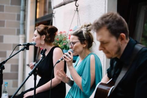 Während des Essens spielte unsere Band aus Belgien verschiedene akustische Lieder