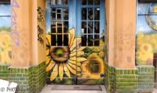 Många av husfasaderna har vackra muralmålningar, tyvärr alltför ofta saboterade av trista tags och klotter.