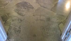 När man stiger in genom ytterdörren möts man av ett spektakulärt golv (ca 300 kvm) lagt med vackra kalkstenshällar, eller...? Nej, det är faktiskt ett vanligt betonggolv där konstnären Göran Löfwing själv handmålat kalkstenshällarna. Verkligen något utöver det vanliga!