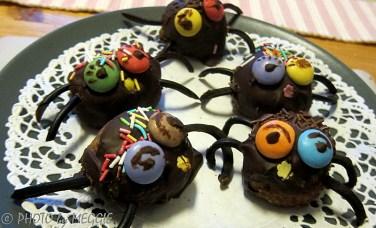 """...som sedan dekoreras till """"skräckinjagande halloween spindlar"""""""