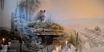 På många av väggarna finns muralmålningar med motiv från den omgivande naturen kring Hornborgasjön.