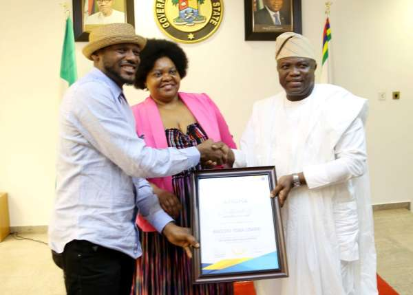 2Baba receiving the AFRIMA certificate of Appreciation from the governor of Lagos state - What Has Been 2Face's Greatest Mistake???
