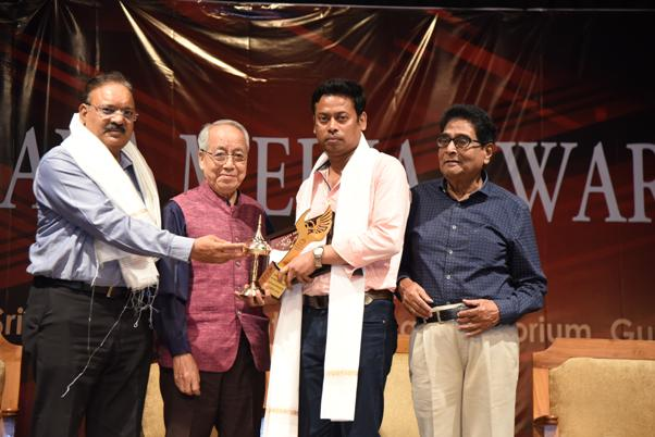 utpal phukan receiving Maya Media Award 2018