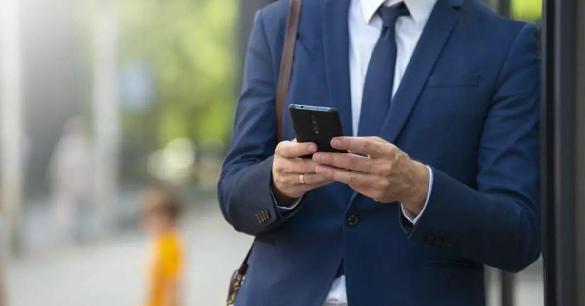 homme recevant un sms enrichi