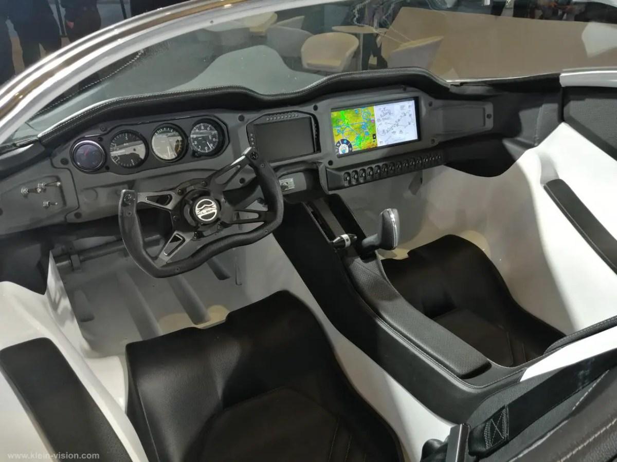 interieur-voiture-noir-volant-ecran