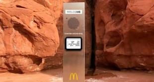 borne-macdo-monolithe-metal-desert-orange